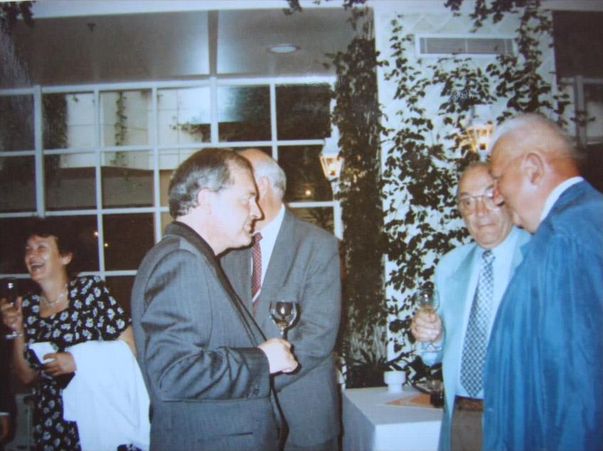 Jan Kalendovský, na fotografii uprostřed proti V.Korčnému (Praha 1995)